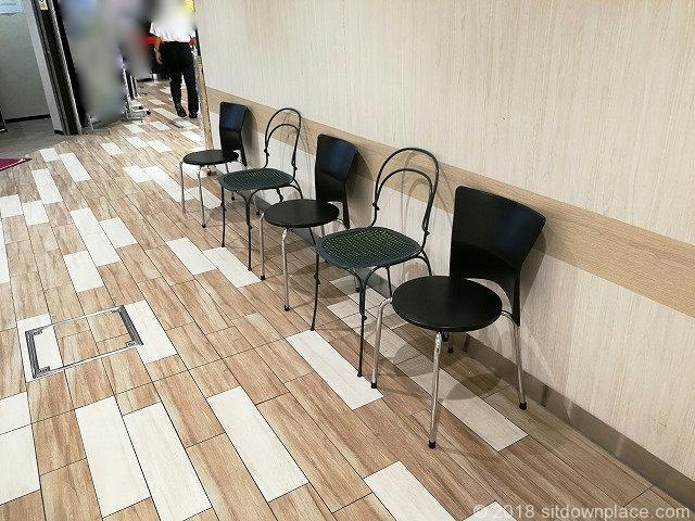 ルミネ立川B1F西側エレベーター前の座れる休憩場所