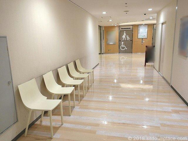 ルミネ立川9F西側エレベーター前の座れる休憩場所