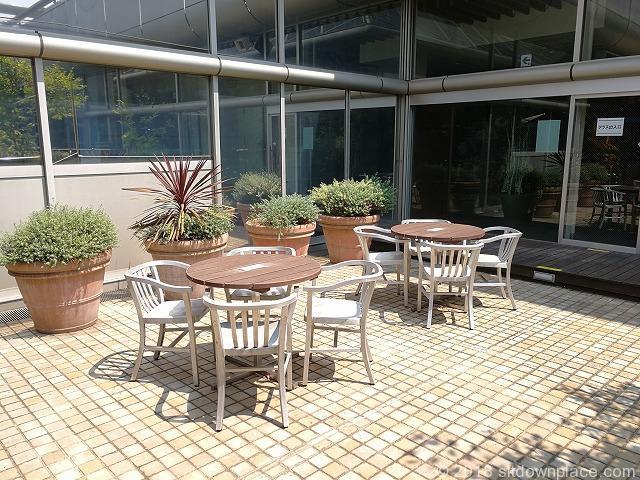 立川高島屋9F庭園テラス喫煙エリア側のテーブル席