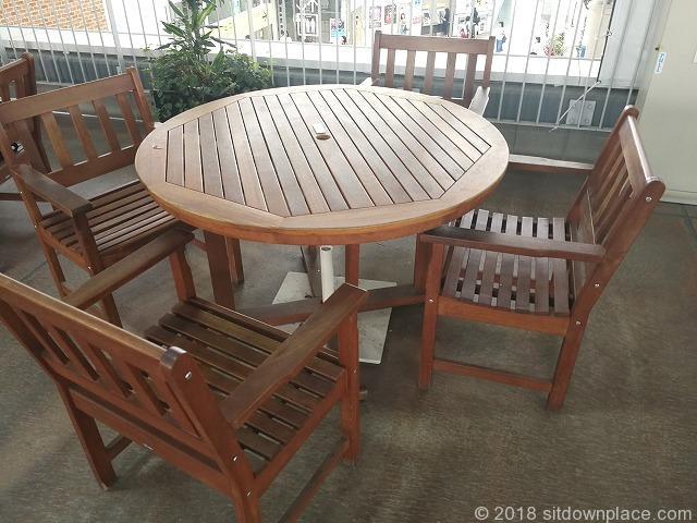 とこてらす木製テーブル席