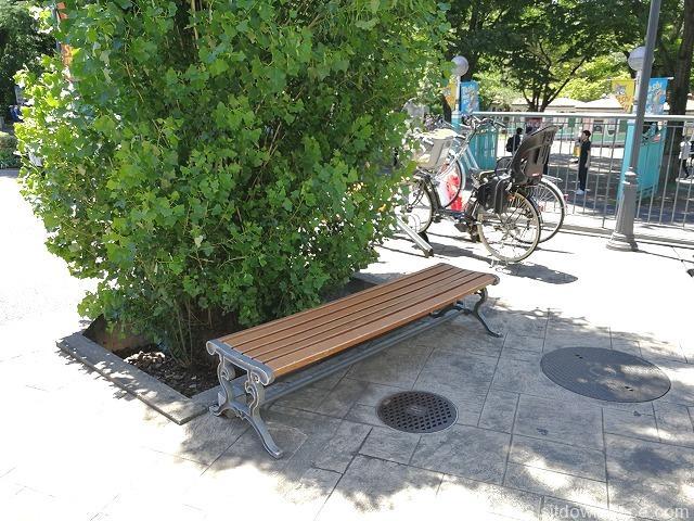 豊島園ティーズガーデン1Fの日陰のベンチ