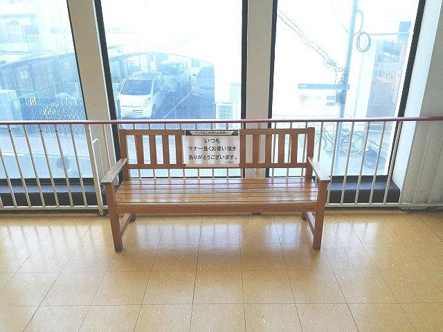 西友豊田店 階段付近の木製ベンチ
