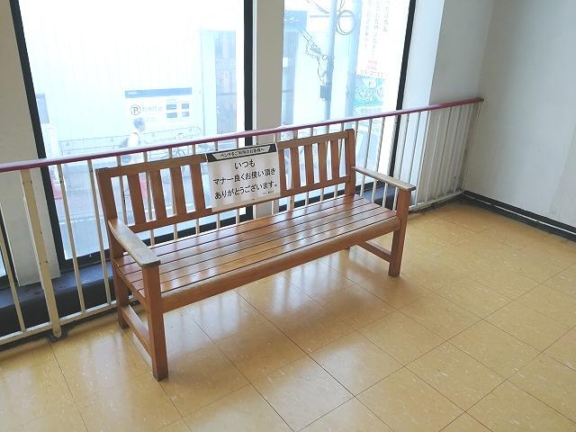 西友豊田店 階段付近の木製ベンチ正面