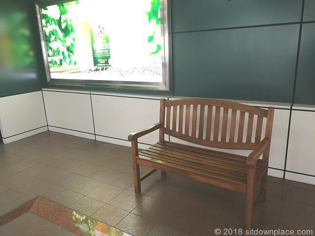 恵比寿スカイウォークの看板横の木製ベンチ