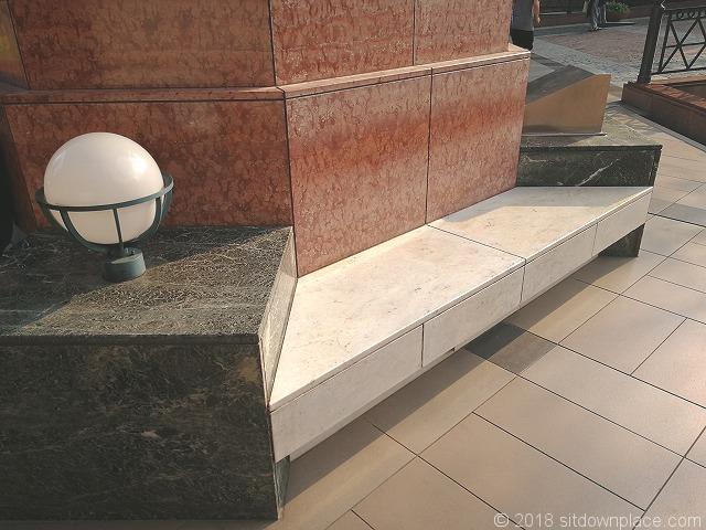 恵比寿ガーデンプレイスセンター広場の石材ベンチ