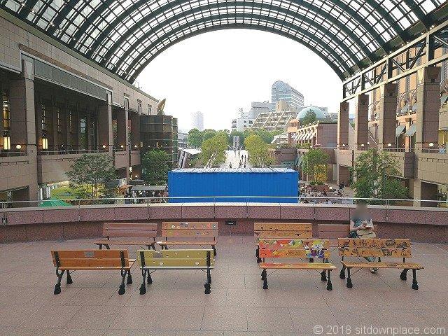 恵比寿ガーデンプレイスセンター広場上階の座れる休憩場所