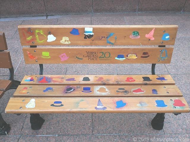恵比寿ガーデンプレイスセンター広場上階の木製ベンチ詳細