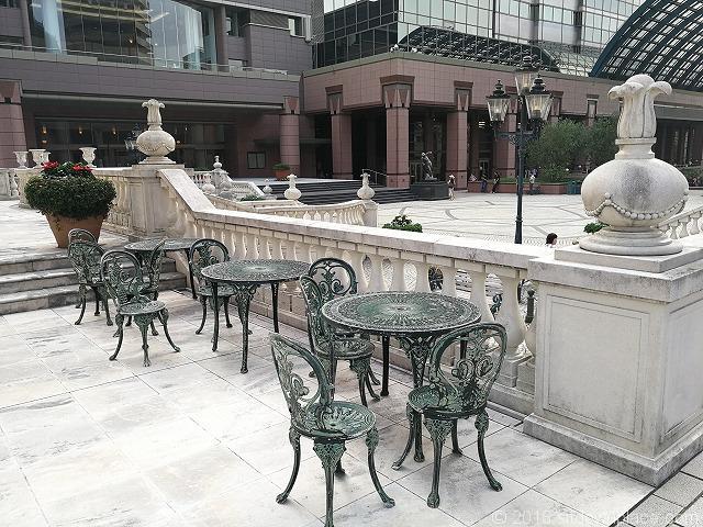 恵比寿ガーデンプレイスジョエル・ロブション前のテーブル席