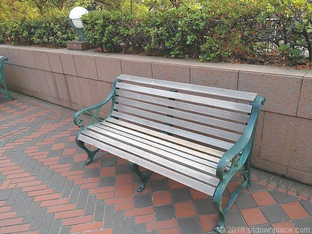 恵比寿ガーデンプレイス三越横の木製ベンチ