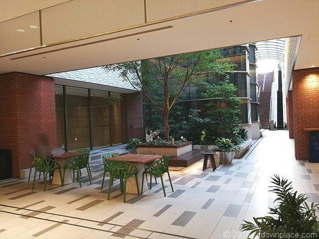 ガーデンプレイスタワーB2Fシースルーエレベーター付近のテーブル席