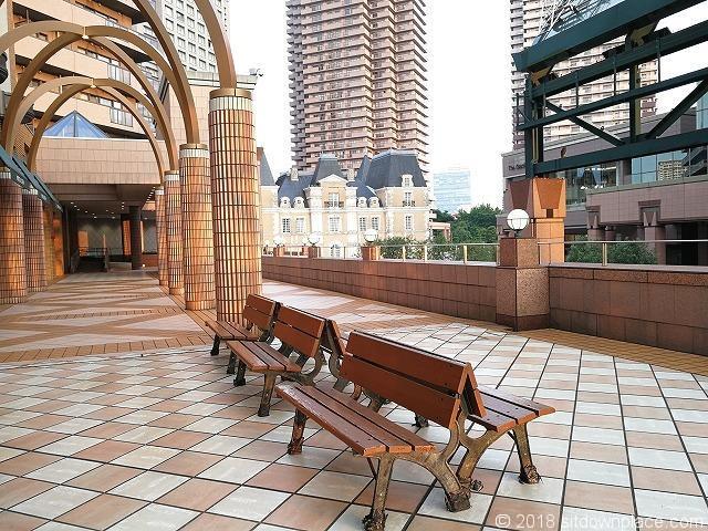 恵比寿三越2Fデッキの木製ベンチ