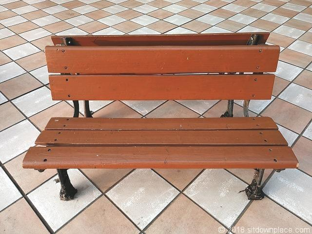 恵比寿三越2Fデッキの木製ベンチ詳細