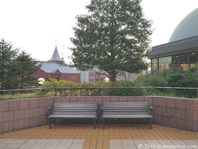 恵比寿三越2Fデッキガーデンプレイス出入口側の木製ベンチ