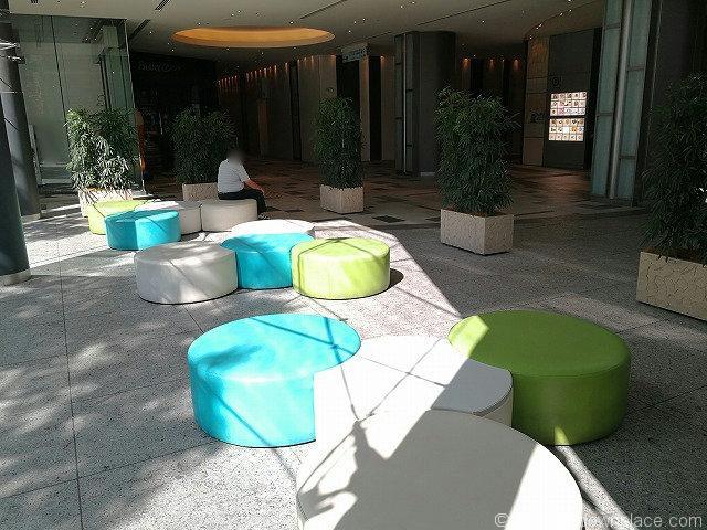 ハマサイト1Fエスカレーター裏の座れる休憩場所
