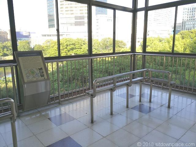 浜松町駅歩行者通路の座れる休憩場所
