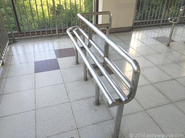 浜松町駅歩行者通路のベンチ詳細