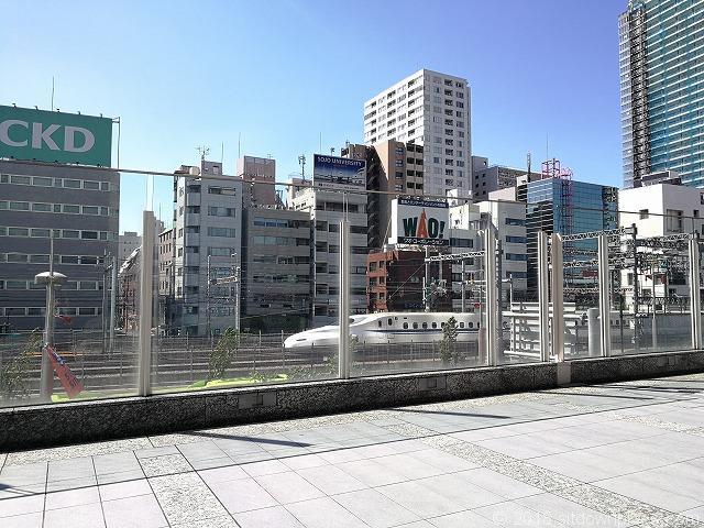芝離宮ビルディング2Fデッキから見える東海道新幹線