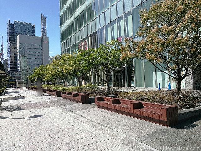 汐留ビルディング海岸通り側の座れる休憩場所