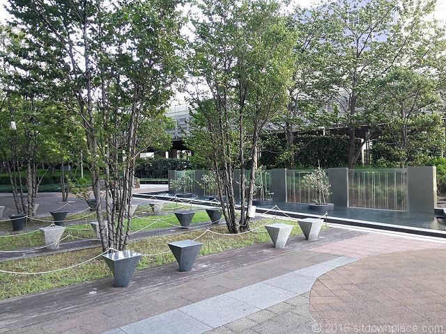 汐留ビルディング公開空地の1人掛けベンチ