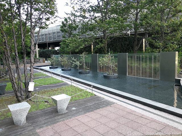 汐留ビルディング公開空地の水路と滝のオブジェ