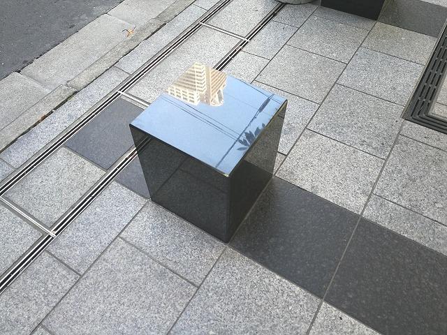 浜松町スクエア公開空地の1人掛け腰掛けベンチ
