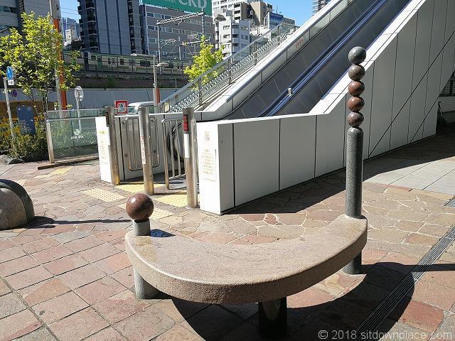 汐留ビルディング交通広場エスカレーター横のベンチ