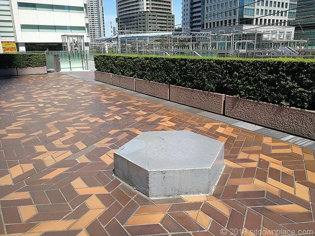 浜松町世界貿易センタービルデッキのベンチ