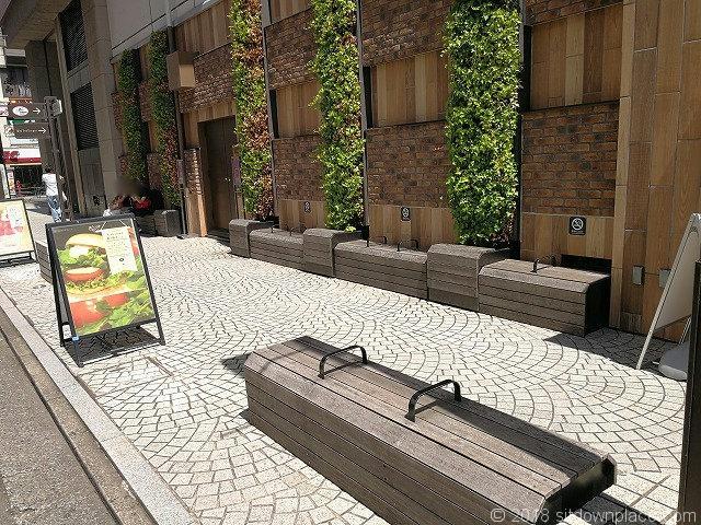 吉祥寺マルイ横七井橋通りの木製ベンチ