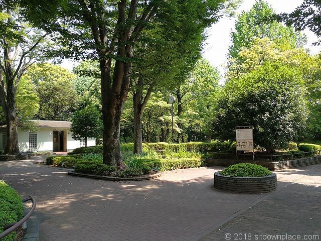 殿ヶ谷庭園開放公園入口