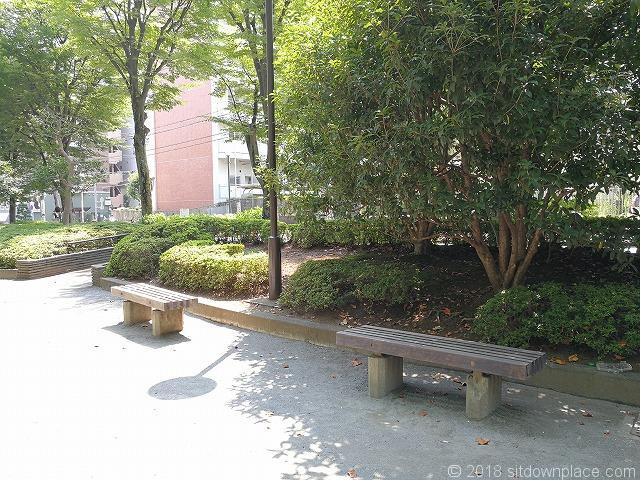 殿ヶ谷庭園開放公園の木製ベンチ