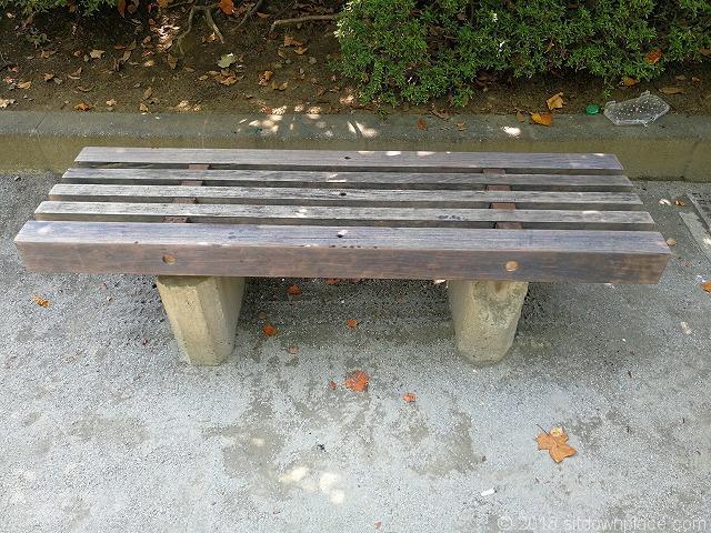 殿ヶ谷庭園開放公園の木製ベンチ詳細