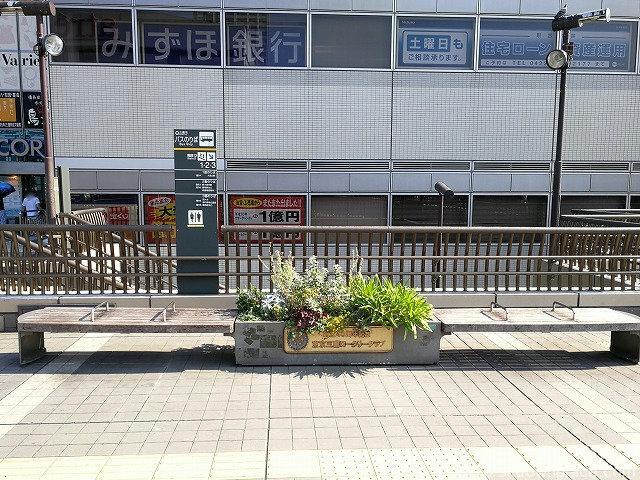 三鷹駅ペデストリアンデッキの座れる休憩場所