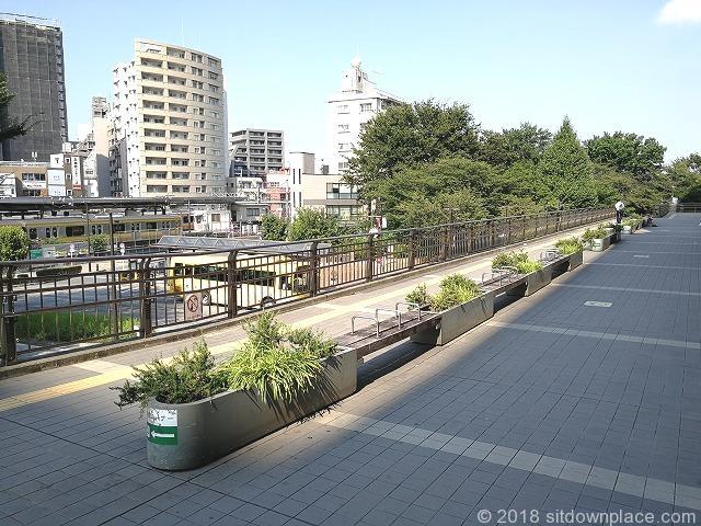 三鷹駅ペデストリアンデッキのオオゼキ前の座れる休憩場所