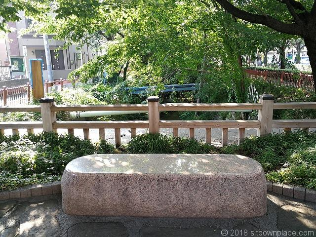 三鷹通り付近の玉川上水緑道の石材ベンチ