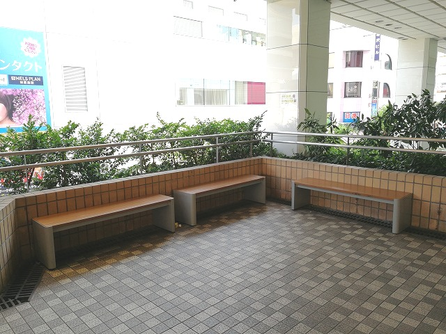 大宮西口DOM2Fデッキの座れる休憩場所