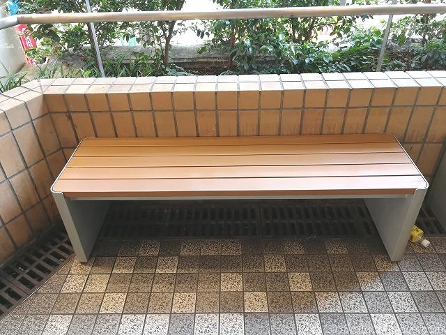 大宮西口DOM2Fデッキのベンチ