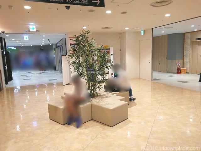 大宮西口DOM7Fエレベーター前のソファ