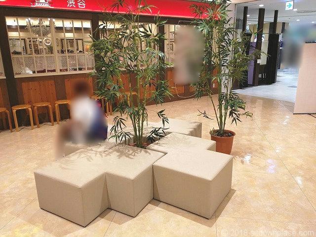 大宮西口DOM7Fエレベーター前のソファ詳細