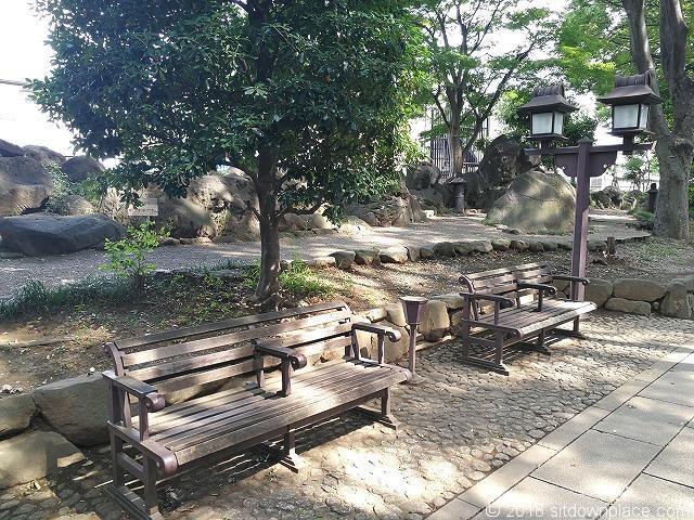 氷川参道の木製ベンチ