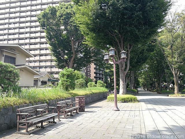 氷川参道平成ひろば付近のベンチ