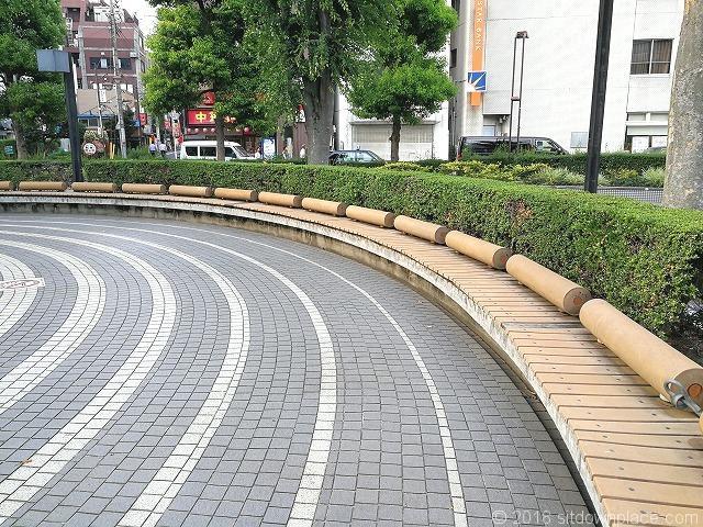 鐘塚公園のオブジェ周辺のベンチ詳細