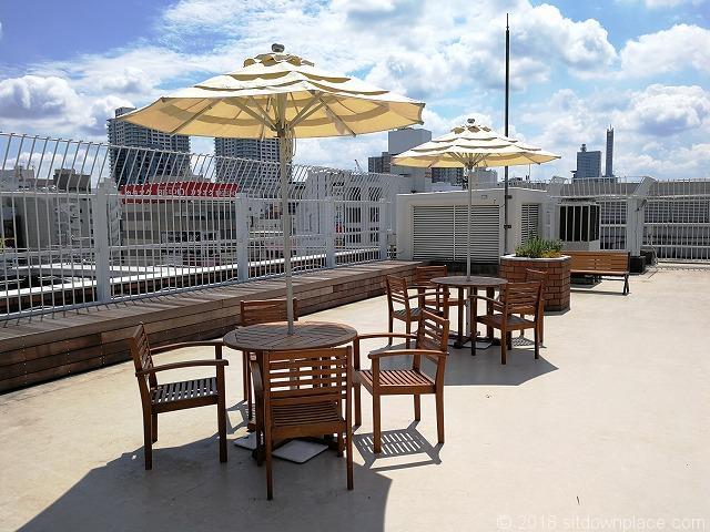 ルミネ大宮2の4F屋上庭園のパラソル付テーブル席