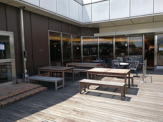 ルミネ大宮2の4F屋上庭園入口付近のテーブル席