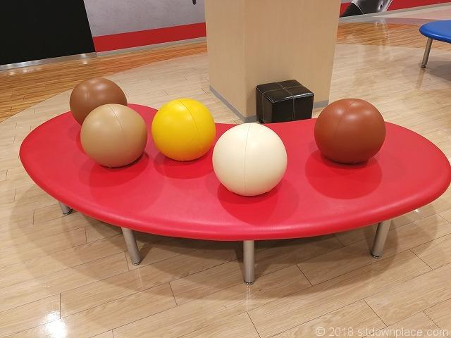 大宮ラクーン8fのボールクッションベンチ