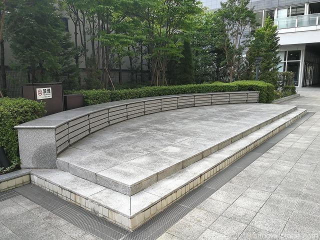 シーノ大宮センタープラザアトリウムの石材ベンチ