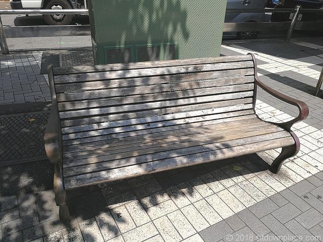 大宮駅西口木製ベンチ