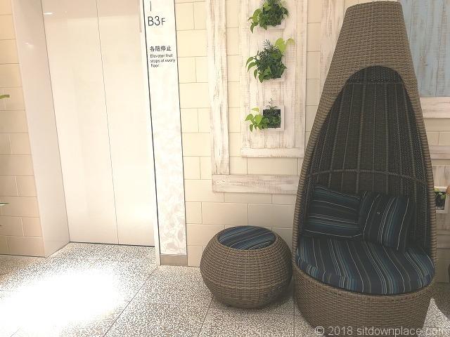 渋谷ヒカリエ5Fエレベーター付近の籐のベンチ