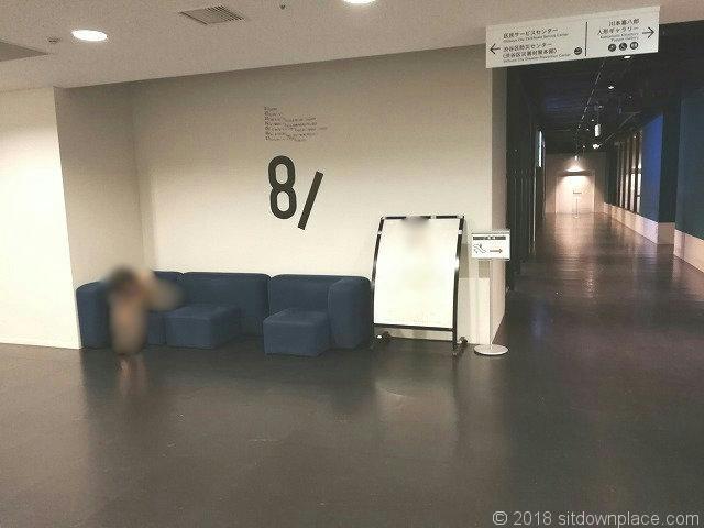 渋谷ヒカリエ8Fエレベーター付近の3人掛けソファ