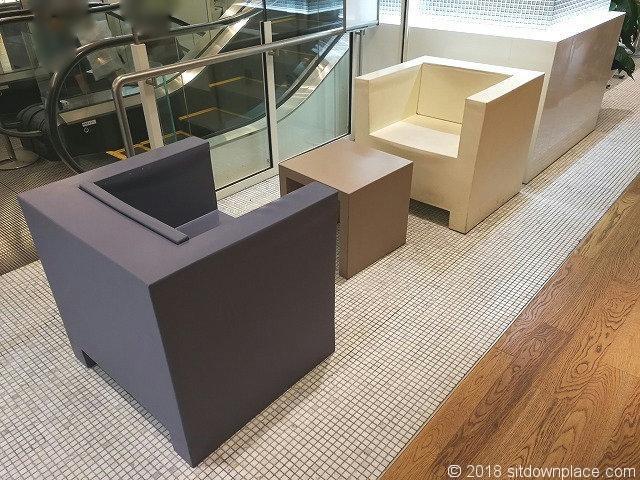 渋谷ヒカリエ6Fエスカレーター横のテーブル付きソファ