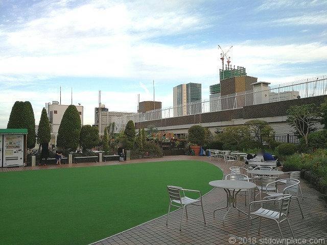 渋谷東急本店屋上庭園のテーブル席